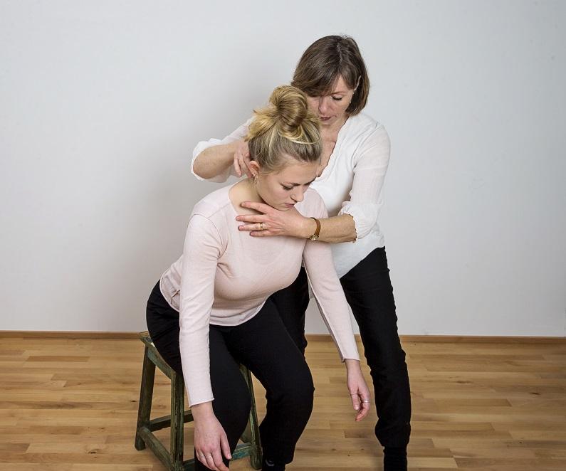 Lærere i alexanderteknik bruger mindre kraft end de fleste i simpel bevægelse
